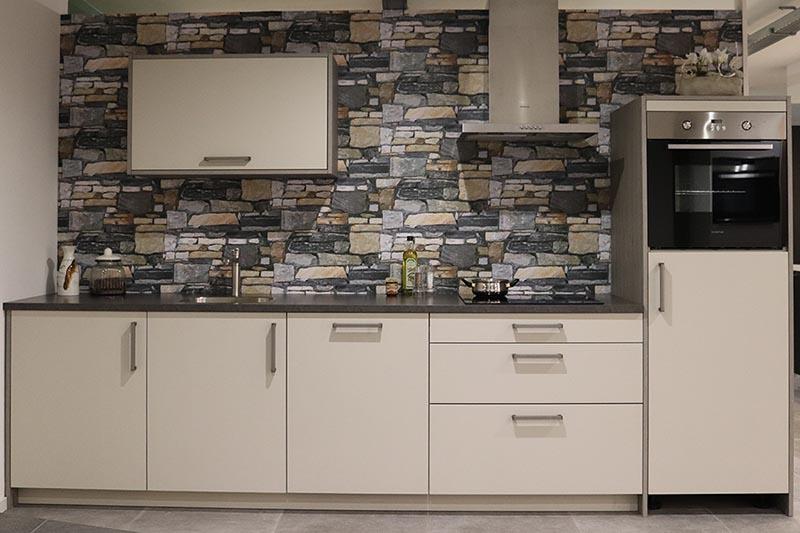 standaard keuken met drukke achterwand
